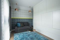 Intérieur bleu de salle de séjour image stock