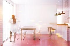 Intérieur carrelé rouge de salle à manger de plancher, femme Photographie stock