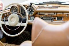 Intérieur classique d'oldtimer de Mercedes d'Européen images libres de droits