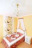 Intérieur classique de chambre à coucher avec des fleurs Photographie stock libre de droits