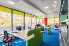 Intérieur coloré de bibliothèque avec des bureaux Images libres de droits