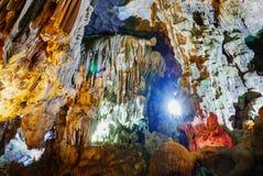 Intérieur coloré de site de patrimoine mondial de caverne de Hang Sung Sot photos libres de droits