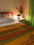 Intérieur coloré vibrant d'une chambre à coucher Oreiller et couverture de lit colorée sur le lit Conception intérieure de chambr images libres de droits