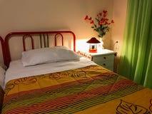 Intérieur coloré vibrant d'une chambre à coucher Oreiller et couverture de lit colorée sur le lit Conception intérieure de chambr photographie stock