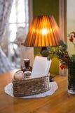 Intérieur confortable avec la table et la lampe Image stock