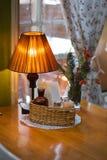 Intérieur confortable avec la table et la lampe Images libres de droits