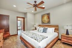 Intérieur confortable de chambre à coucher principale avec les meubles en bois photo stock