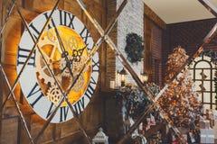 Intérieur confortable de Noël avec l'arbre de sapin et cheminée reflétant I Photographie stock libre de droits