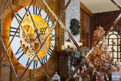 Intérieur confortable de Noël avec l'arbre de sapin et cheminée se reflétant dans le miroir Image stock