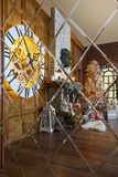 Intérieur confortable de Noël avec l'arbre de sapin et cheminée se reflétant dans le miroir Photos libres de droits
