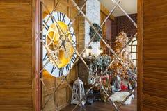 Intérieur confortable de Noël avec l'arbre de sapin et cheminée se reflétant dans le miroir Images libres de droits