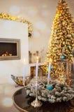 Intérieur confortable de Noël d'hiver avec des bougies, cheminée Photographie stock libre de droits