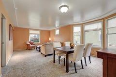 Intérieur confortable de salle à manger vivante et avec des murs de pêche photos stock