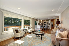 Intérieur confortable de salon avec la vue de plancher en bois dur et de fenêtre photo stock