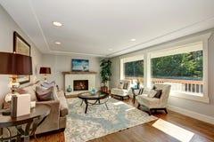 Intérieur confortable de salon avec la vue de plancher en bois dur et de fenêtre photos libres de droits
