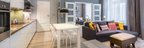 Intérieur contemporain d'appartement, panorama photos stock