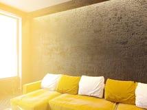 Intérieur contemporain de salon avec le divan et les oreillers, table basse, moquerie, rendu 3D images libres de droits