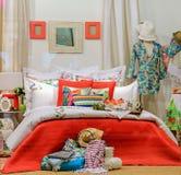 Intérieur décoratif d'une chambre à coucher dans une fenêtre de boutique Images stock