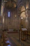 Intérieur d'église avec des fragments de fresques dans le monastère bénédictin Photo stock