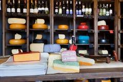 Intérieur d'épicerie Étagères et compteur avec du fromage photos libres de droits