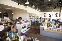 Intérieur d'épicerie fine occupée avec des clients photos stock