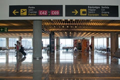 Intérieur d'aéroport avec des signes de l'information Photographie stock