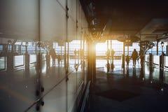 Intérieur d'aéroport avec des silhouettes de personnes Photo stock