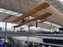 Intérieur d'aéroport de Hong Kong International Chek Lap Kok Avion de cru suspendu sous le plafond photos libres de droits