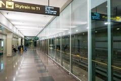 Intérieur d'aéroport international de Singapour Changi avec des affichages Image stock