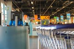 Intérieur d'aéroport Schiphol d'Amsterdam Employé travaillant à une Co Photo stock
