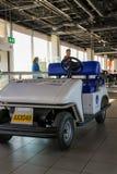 Intérieur d'aéroport Schiphol d'Amsterdam Passagers près de l'ele Photo stock