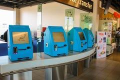 Intérieur d'aéroport Schiphol d'Amsterdam Passagers près du terme Image stock