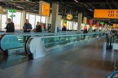 Intérieur d'aéroport Schiphol d'Amsterdam Passagers sur un long ho Image libre de droits