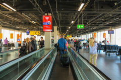 Intérieur d'aéroport Schiphol d'Amsterdam Passagers sur un long ho Photos libres de droits