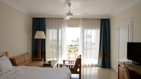 Intérieur d'appartement avec le ventilateur fonctionnant dans l'hôtel de luxe banque de vidéos