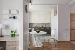 Intérieur d'appartement moderne dans le style scandinave avec la cuisine Photos stock