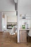 Intérieur d'appartement moderne dans le style scandinave avec la cuisine Images libres de droits