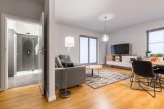 Intérieur d'appartement moderne et lumineux photos stock