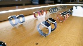Intérieur d'Apple Store avec des rangées des montres d'Apple banque de vidéos