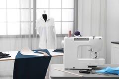 Intérieur d'atelier de tailleur avec la machine à coudre Image stock