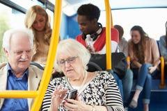 Intérieur d'autobus avec des passagers Photos libres de droits