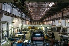 Intérieur d'entrepôt métallurgique d'usine de fabrication avec les outils et les machines modernes d'équipement Image stock