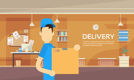 Intérieur d'entrepôt de service de courrier de paquet de la livraison de Man Hold Box de messager Images stock