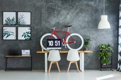 Intérieur d'espace de travail avec la bicyclette rouge Photographie stock