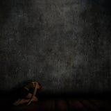 intérieur 3D grunge avec l'agenouillement femelle sur le plancher illustration stock