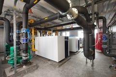 Intérieur d'industriel, chaufferie de gaz avec des chaudières ; pompes ; capteurs et un grand choix de canalisations photo stock