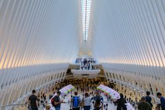 Intérieur d'Oculus de la station blanche de World Trade Center avec des personnes dans NYC Photographie stock libre de droits