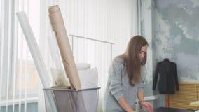Intérieur d'un atelier de couture Concepteur féminin travaillant dans son atelier banque de vidéos