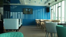 Intérieur d'un beau restaurant sur le dernier étage avec une belle vue de la fenêtre 4 de restaurant banque de vidéos