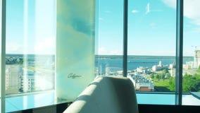 Intérieur d'un beau restaurant sur le dernier étage avec une belle vue de la fenêtre 4 de restaurant clips vidéos